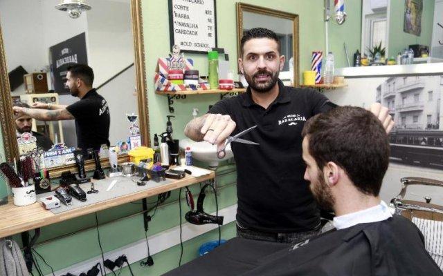 Lucas recebeu-nos na Barbearia Rocha
