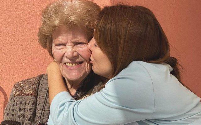 Tânia Ribas de Oliveira com a avó