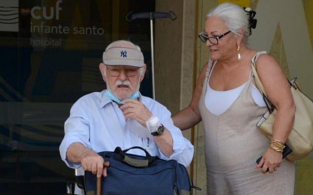 Ruy de Carvalho com a filha, Paula de Carvalho, à saída do hospital