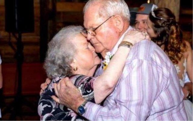 Covid-19, casal idoso, história de amor, mãos dadas, novo coronavírus