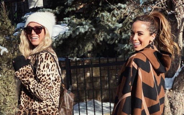 Anitta e Danielle Grace estão de férias em Aspen
