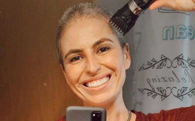 Joana Cruz rapou o cabelo e mostra-se de peruca