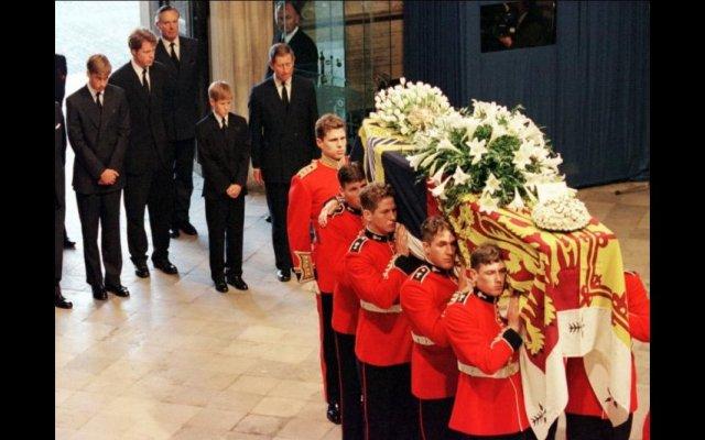 O médico que assistiu a princesa Diana no hospital na noite em que esta morreu, a 31 de agosto de 1997, quebrou o silêncio