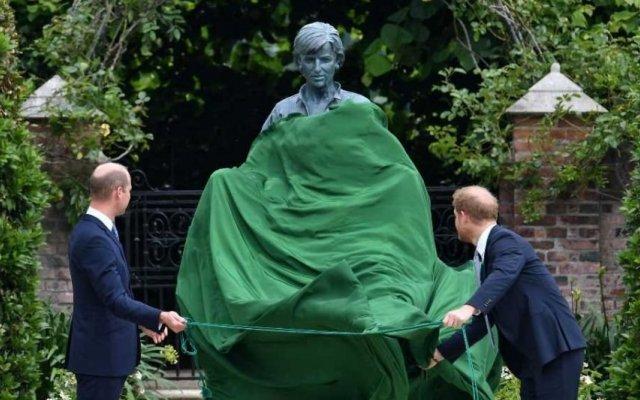Princesa Diana, estátua, William e Harry, realeza, aniversário, filhos
