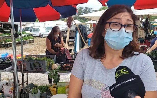 Uma mulher foi filmada a roubar cenouras durante uma reportagem em direto
