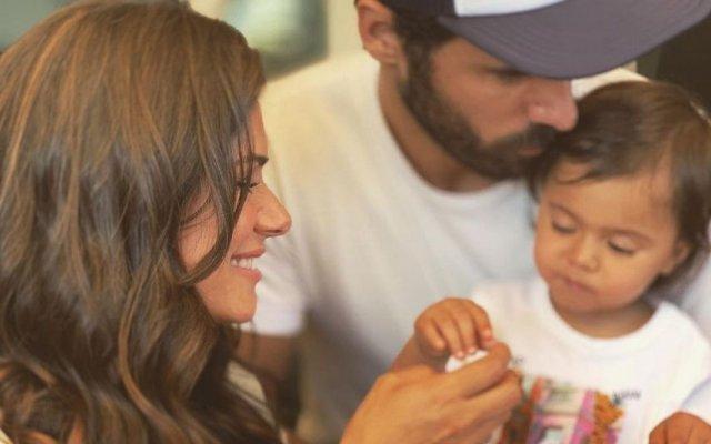 Cláudia Vieira e o companheiro, João Alves, batizaram a filha Caetana, de um ano e meio
