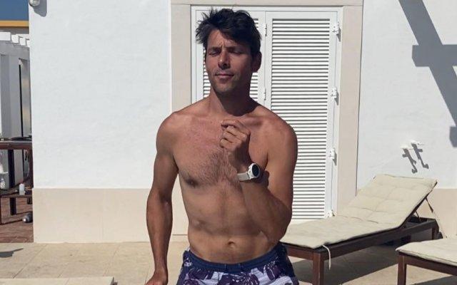 Jorge Corrula faz dança sensual à beira da piscina