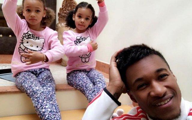 Yannick Djaló com as filhas