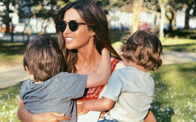 Sara Carbonero com os filhos Lucas e Martín
