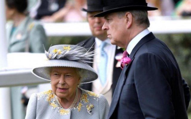 Príncipe André e Rainha Isabel II