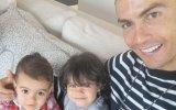 Cristiano Ronaldo com as duas filhas - Eva e Alana Martina