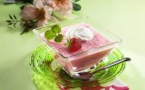 Gelatina com iogurte de morango