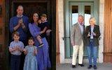Duques de Cambridge com os filhos, à esquerda, e o príncipe Carlos com Camila, à direita