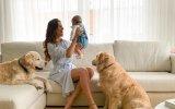 Cláudia Vieira com Caetana e os dois cães, Caya e Yoshi
