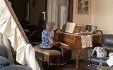 O vídeo comovente de uma idosa a tocar piano no meio de destroços em Beirute