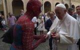 O Papa Francisco e Homem-Aranha trocam palavras no Vaticano