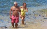 António Costa com a mulher na praia