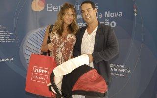 Merche Romero e António Pereira à saída da maternidade, em 2011