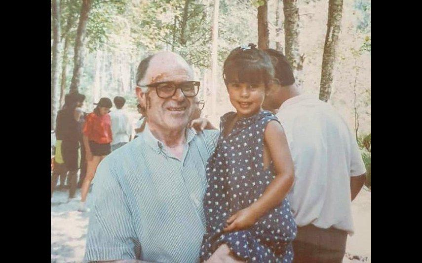 A atriz numa foto de infância com o pai