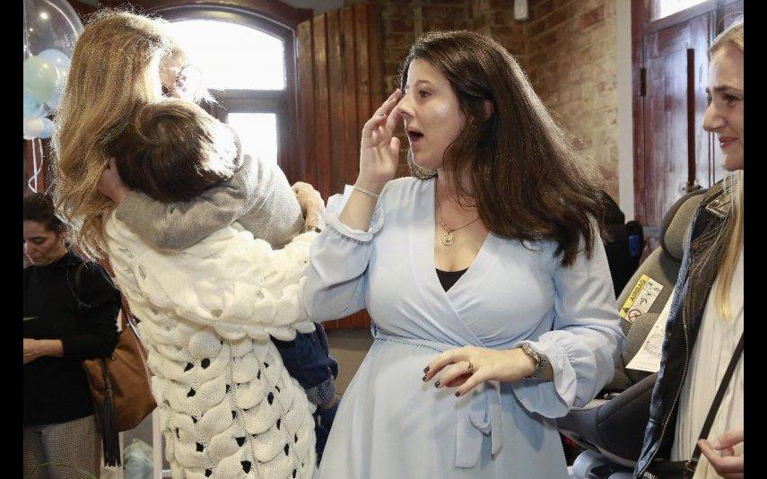 Bibá Pitta limpa as lágrimas no rosto da filha
