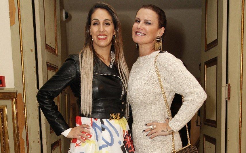 Elma Aveiro e uma amiga na estreia da peça de Cláudia Raia