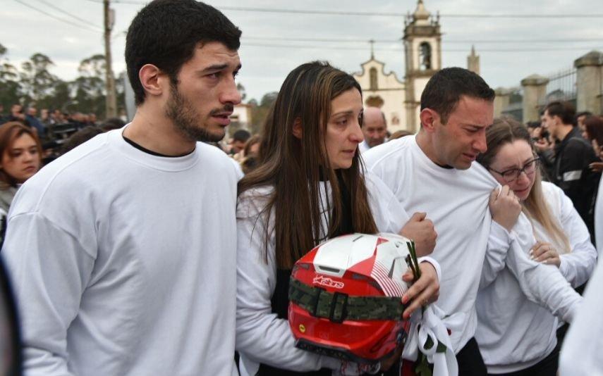 Mulher de Paulo Gonçalves com o capacete do piloto na mão