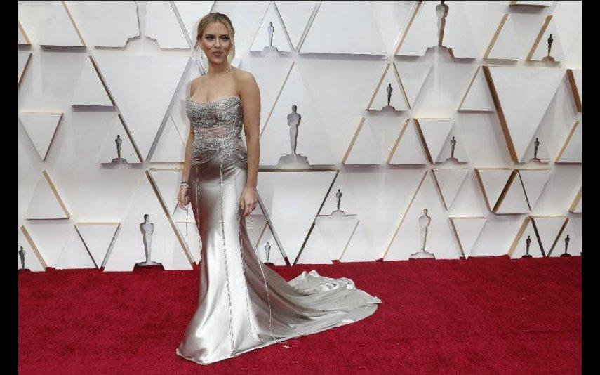 «A nossa» Scarlett Johansson optou por Oscar de la Renta na cor satin champagne, ficou bonita, sim senhora - 4 estrelas