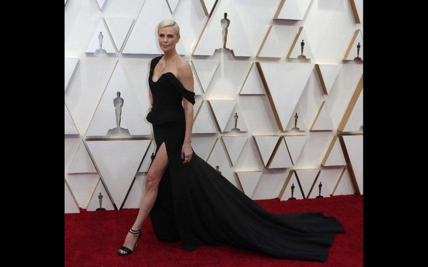 Charlize Theron, a menina até chateia, tudo lhe fica bem. Este vestido Dior assenta-lhe quem nem uma luva - 5 estrelas
