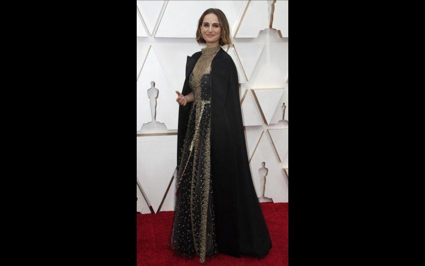 Natalie Portman foi sem dúvida uma da mais elegantes da noite com vestido de capa, onde foram bordados os nomes das diretoras não indicadas. A Dior Haute Couture é quem assina a criação reivindicativa - 5 estrelas