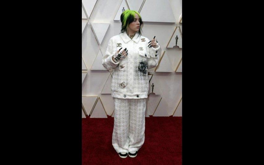 Billie Eilish, de facto o seu encanto não é mesmo pelo look... Ainda assim, o conjunto Chanel faz jus à sua personalidade irreverente - 3 estrelas