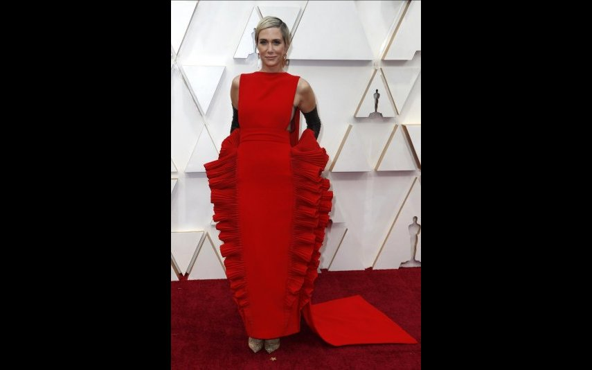Kristen Wiig, não gostei, é tudo demasiado, folhos, luvas, cauda... - 2 estrelas