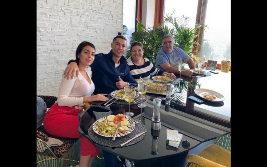 Cristiano Ronaldo com a namorada Georgina Rodriguez, Dolores Aveiro e companheiro
