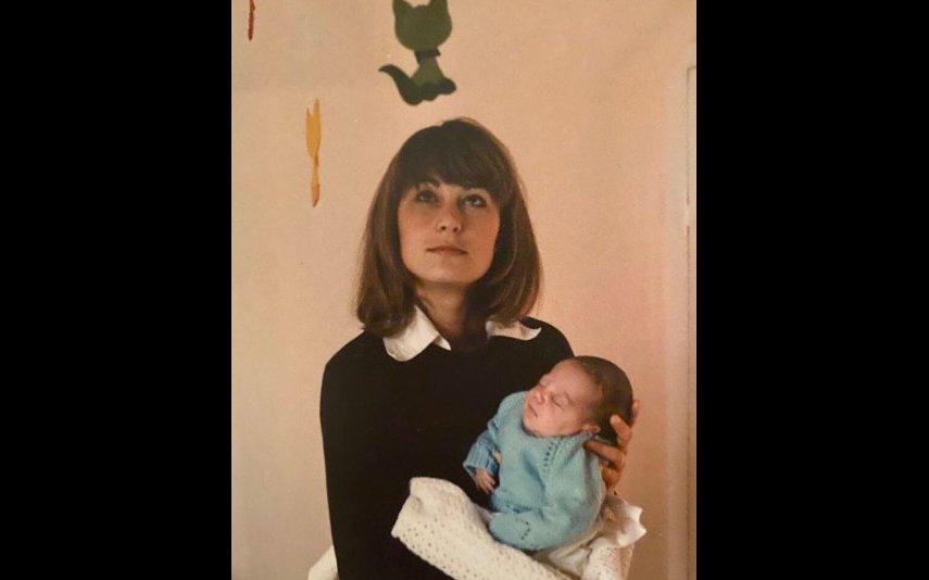 Kate Middleton em bebé ao colo da mãe, Caroline