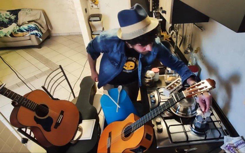 Roberto Colella transformou o lava-loiça num estúdio de gravação