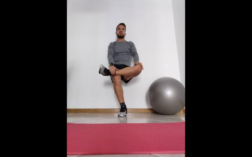 Procure colocar o joelho que está atrás quase em contato com o chão e a coluna em extensão. Objetivo: alongar músculos flexores da coxa