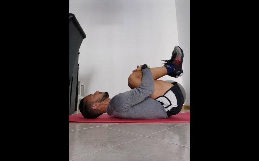 Procure cruzar o braço em relação ao peito com o auxílio da mão contrária. Objetivo: alongar os músculos escapulares e os laterais e posteriores do ombro