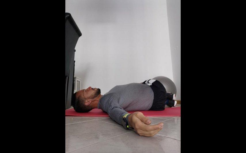Deita-se de barriga para cima e procure abraçar os joelhos contra o peito. Objetivo: alongar região lombar e glútea