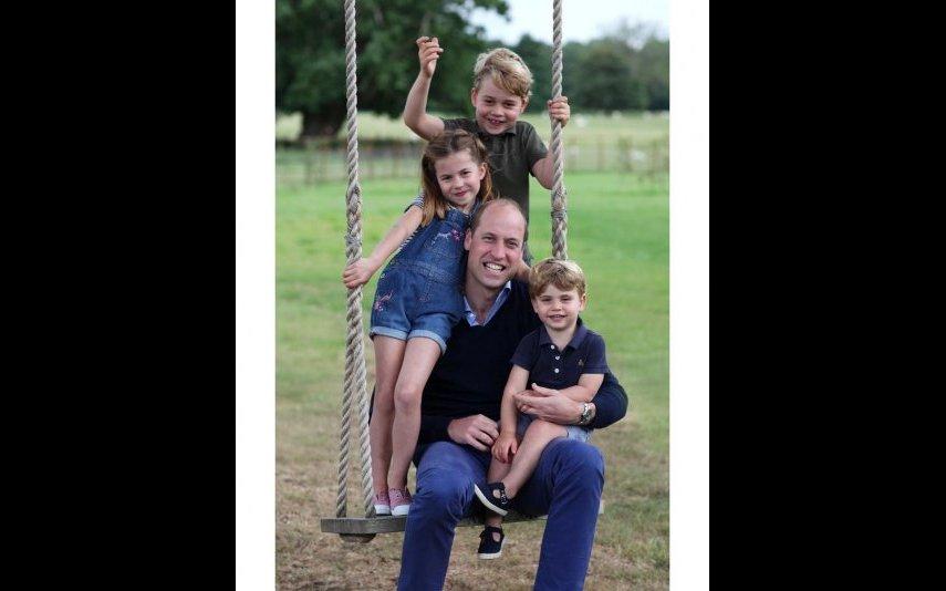 príncipe George com o pai e os irmãos