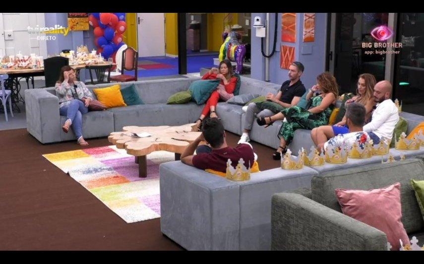 O concorrentes com o apresentador na casa do Big Brother