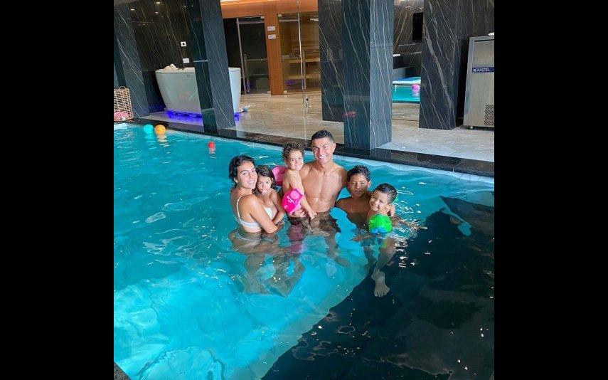 Cristiano Ronaldo com a família na piscina