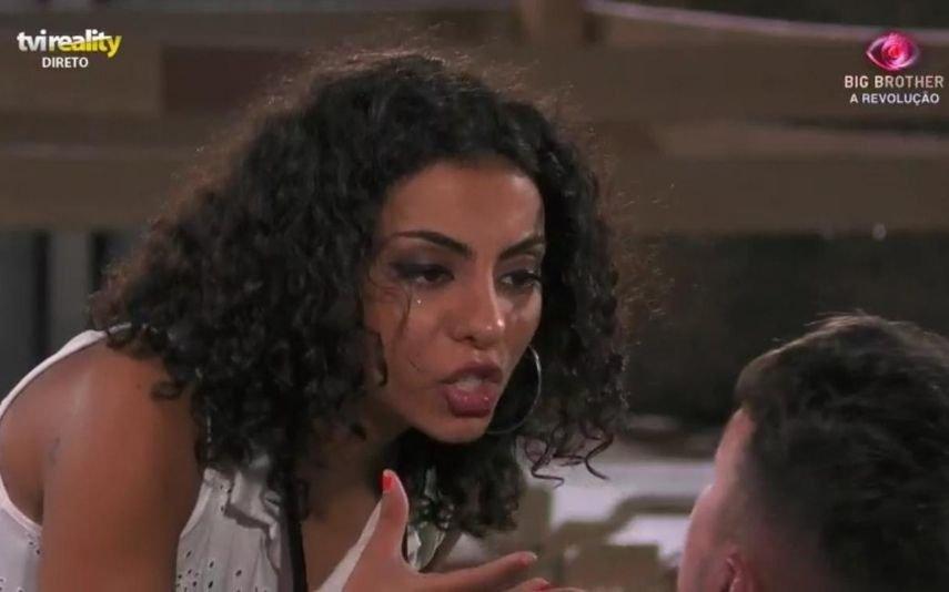 Jéssica Fernandes parte garrafas depois de discutir com Renato