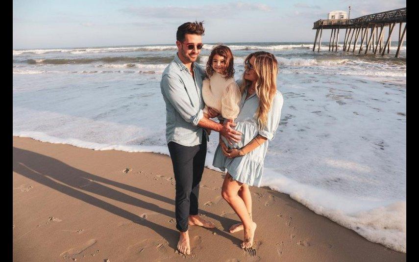 Christina Perri com o marido e com a filha de dois anos