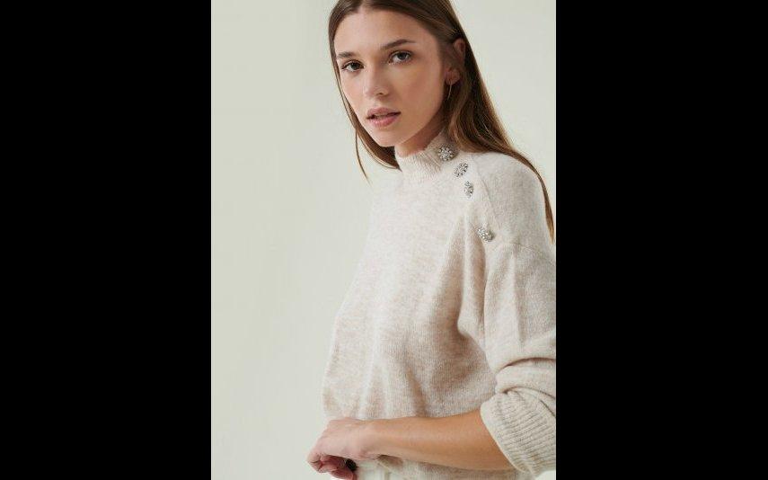 Camisola de cor bege com gola perkins e botões tipo jóia no ombro Brownie - 55,90€