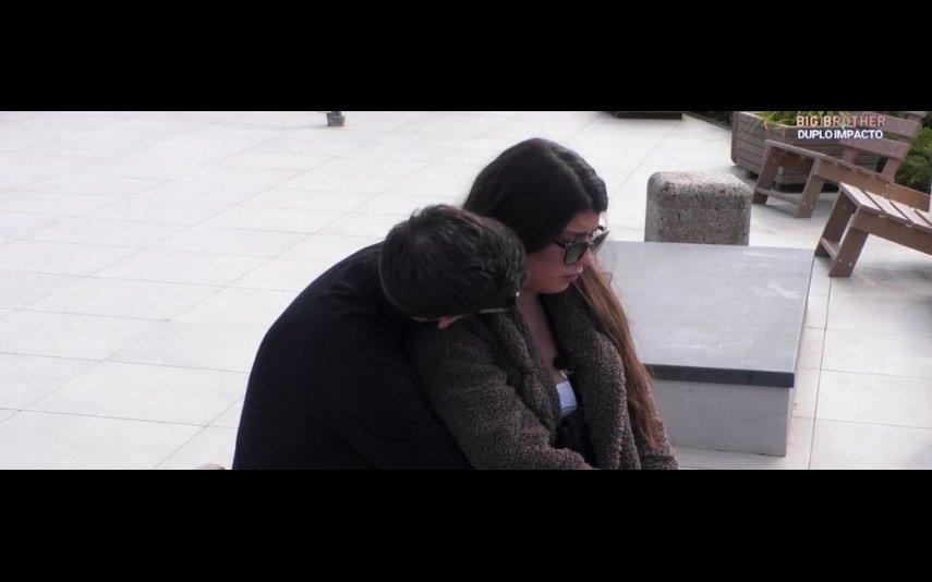 Sofia Sousa chora ao recordar a morte da irmã e é consolada por Gonçalo Quinaz