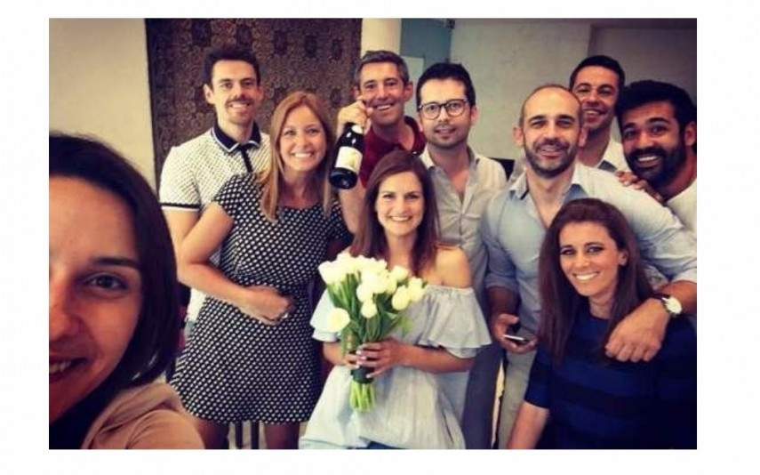 Aqui, no dia em que se casaram pelo registo civil