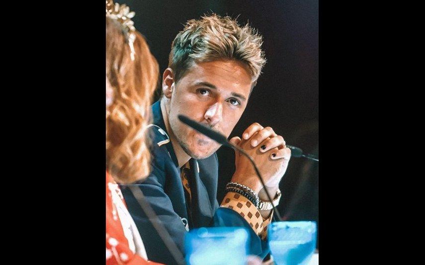 Miguel Cristovinho com as unhas pintadas de preto