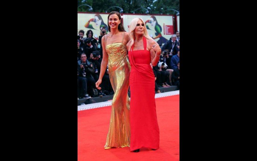 Irina com Donatella Versace