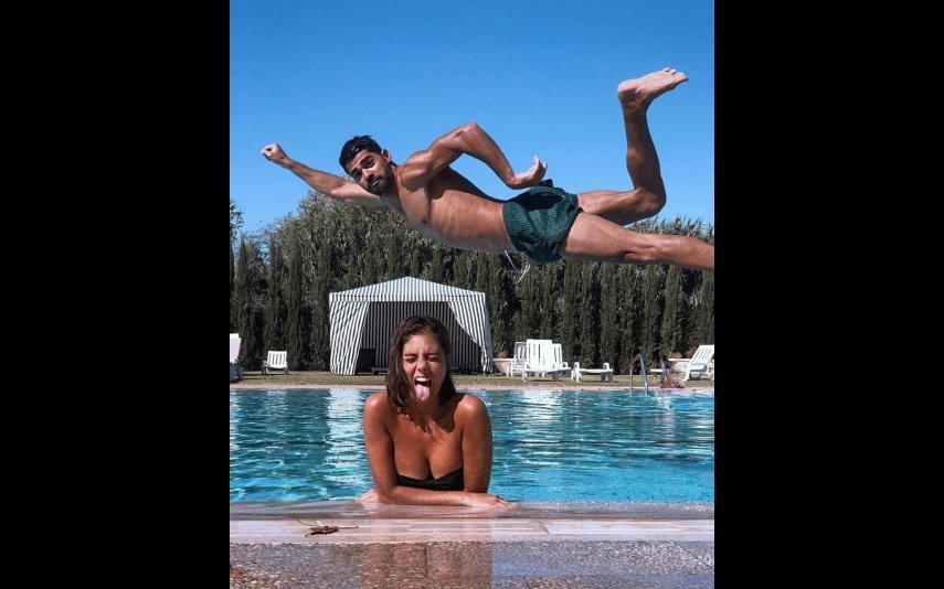 Filipa Nascimento e Duarte Gomes brincam na piscina