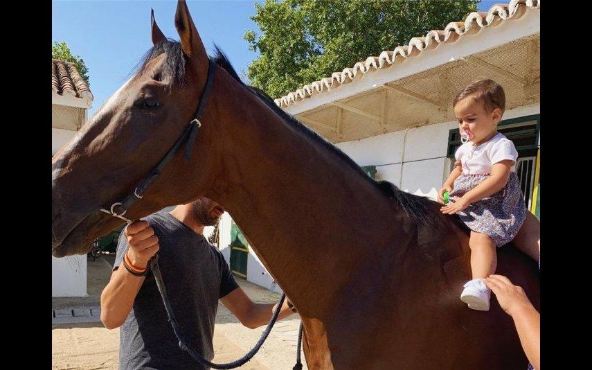 Georgina levou os filhos a passear com cavalos